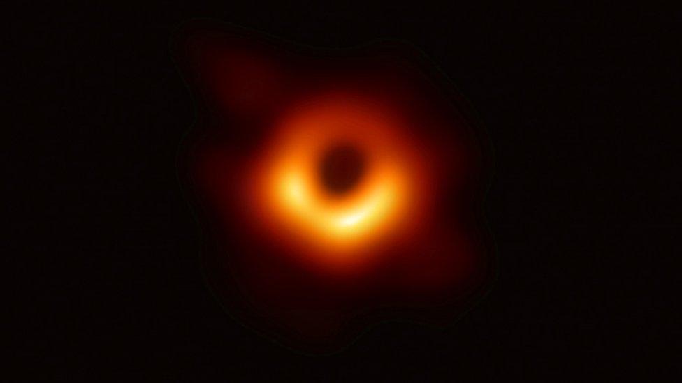 CdN 4×10 – Primera fotografía de un agujero negro